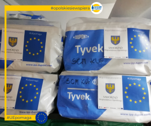 Kombinezony ochronne w opakowaniu z naklejką opolskie się wspiera UE pomaga