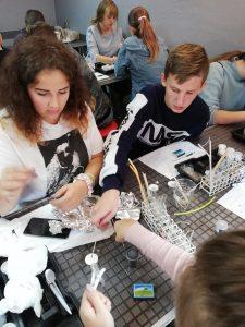 Uczniowie podczas zajęć praktycznych z chemii