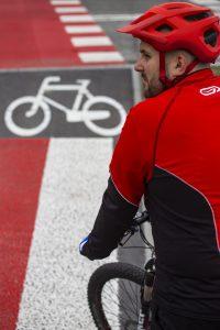 rowerzysta przed przejazdem rowerowym