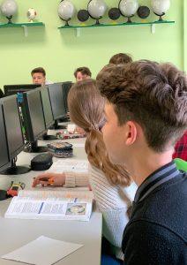 Uczniowie podczas zajęć w pracowni informatycznej