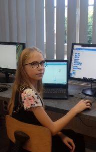Uczennica przy komputerze szkolnym