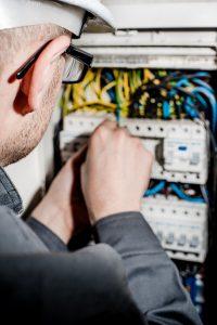 Elektryk podczas pracy
