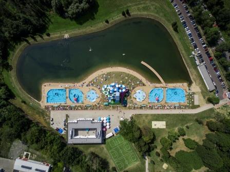 Widok z powietrza na basen zewnętrzny w Nysie