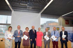 Zdjęcie zbiorowe Marszałka z przedstawicielami instytucji