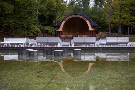 Widok na muszlę koncertową w Parku w Głuchołazach