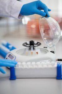 Widok na przyrządy badawcze w laboratorium.
