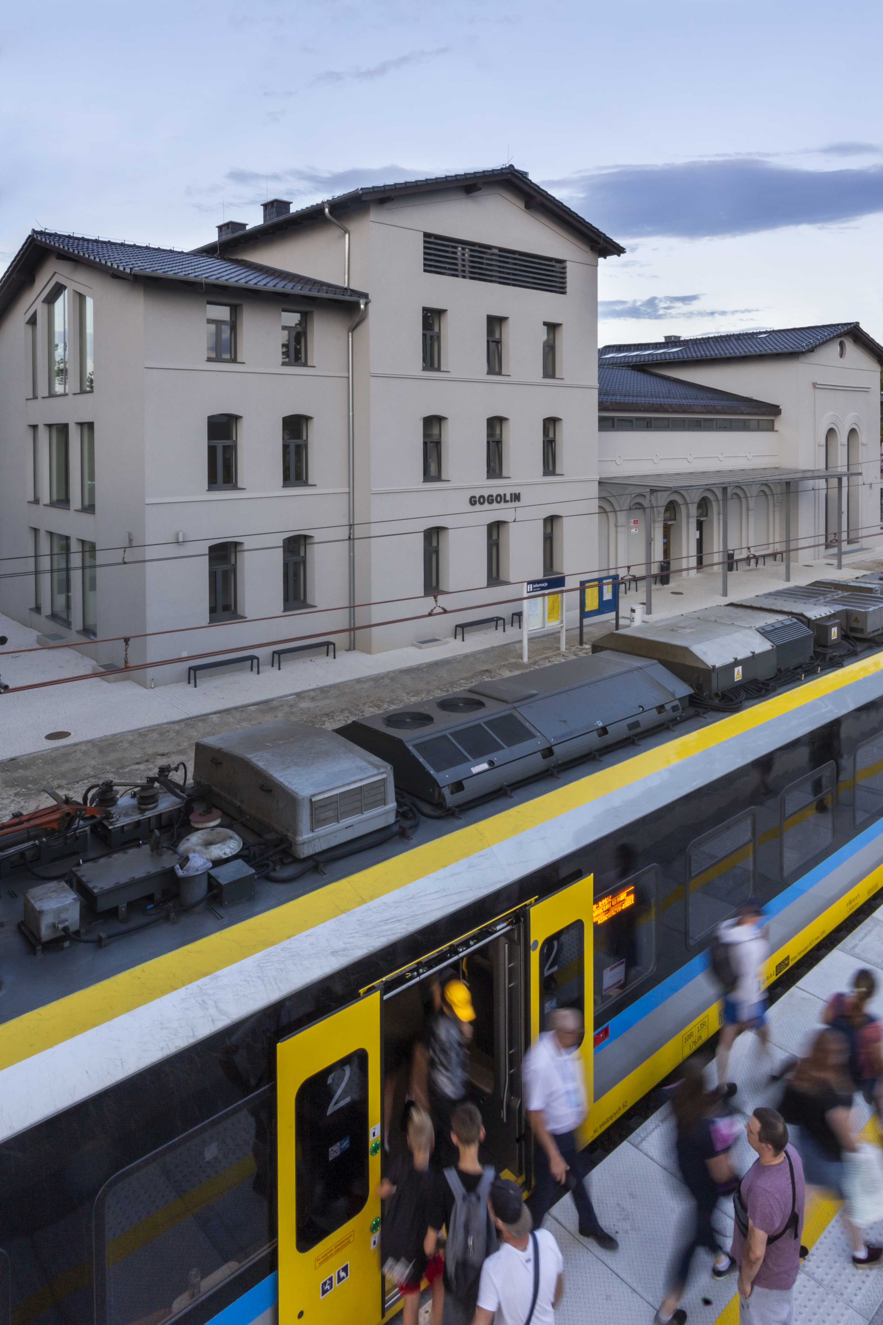 Budynek Centrum przesiadkowego w Gogolinie, widok od strony peronu ze stojącym pociągiem