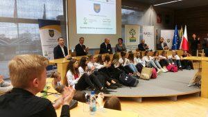Uroczysta inauguracja projektu - wiwle osób siedzących na sali w obecności marszałka województwa opolskiego podczas prezentacji